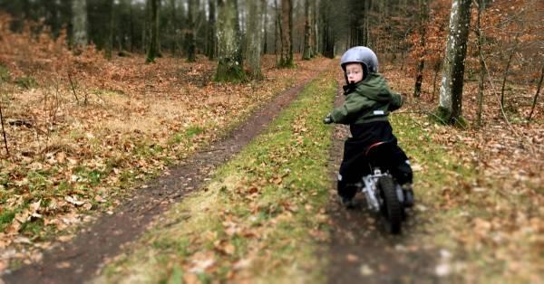 Det er sjovt for både barn og voksen, at prøve motorcyklen af i skoven.