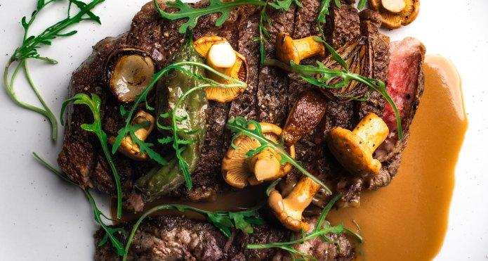 Steak with mushrooms and arugula