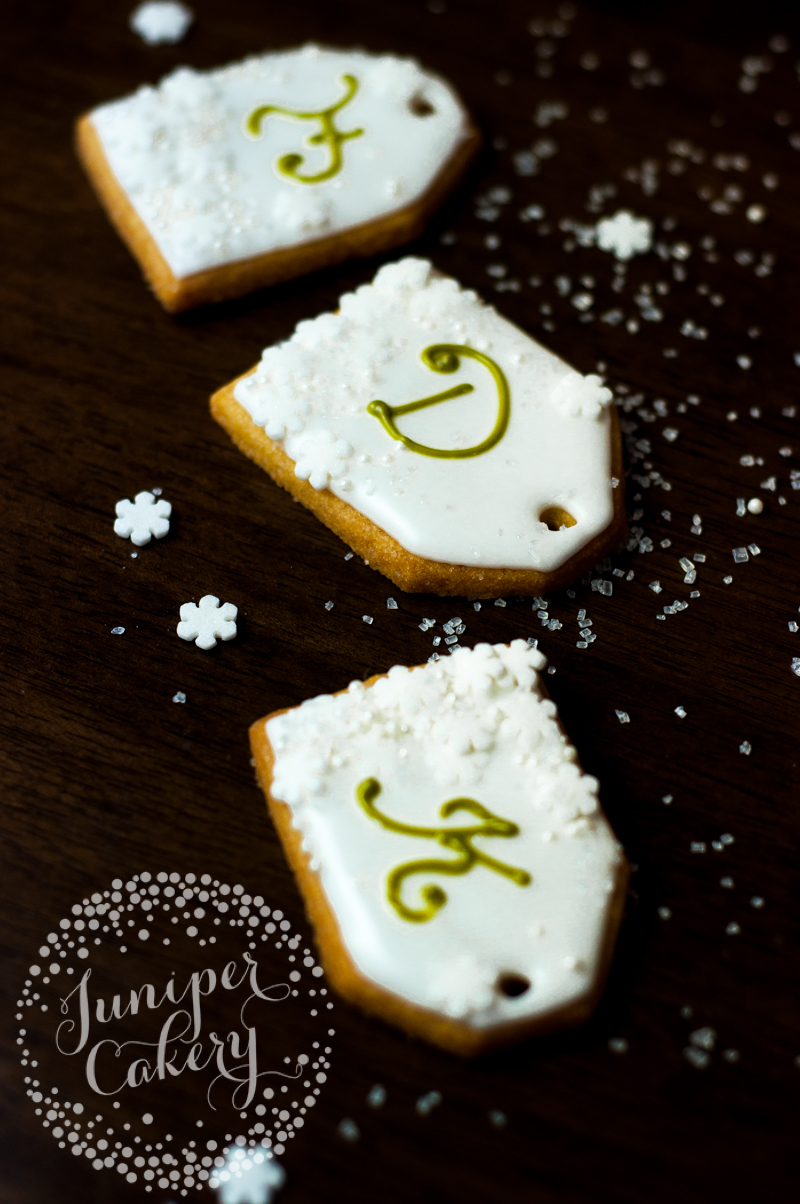 Tutorial for Christmas present tag cookies by Juniper Cakery