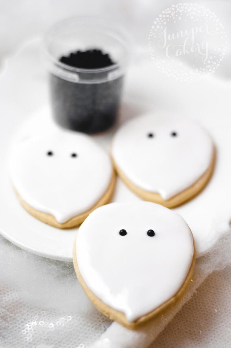 Cute ghost cookie tutorial by Juniper Cakery