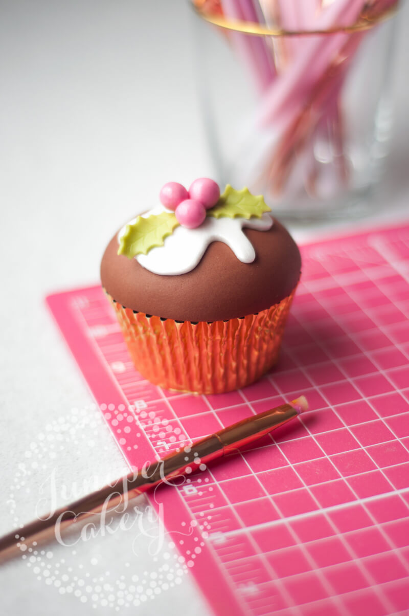 Cute and festive Christmas pudding cupcake tutorial by Juniper Cakery