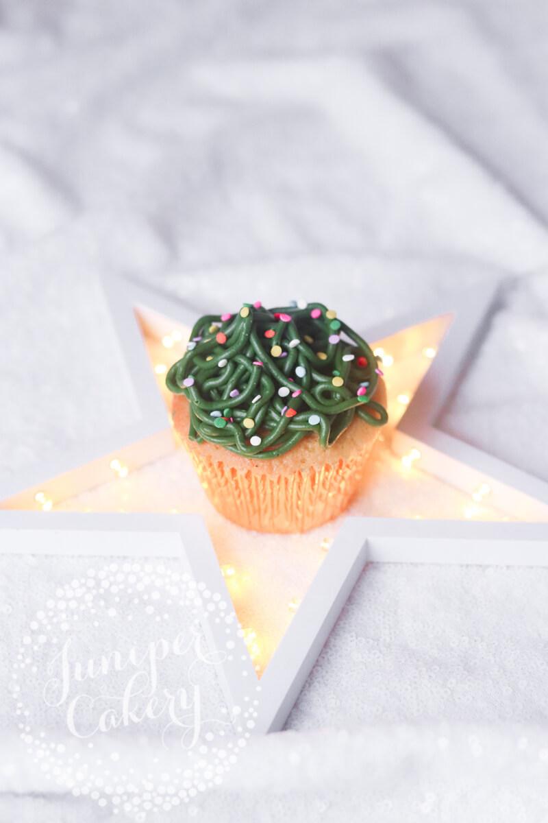 Simple Christmas cupcake tutorial by Juniper Cakery