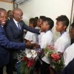 Jovenel Moïse accueille chaleureusement les Grenadières 38