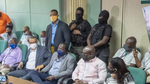 Michel Présumé sous escorte policière s'est rendu à son bureau et a rencontré le personnel de l'EDH