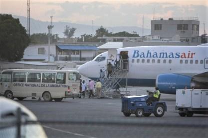 Les Haïtiens rapatriés des Bahamas ont débarqué mercredi à l'aéroport international Toussaint Louverture de Port-au-Prince - Photo AP