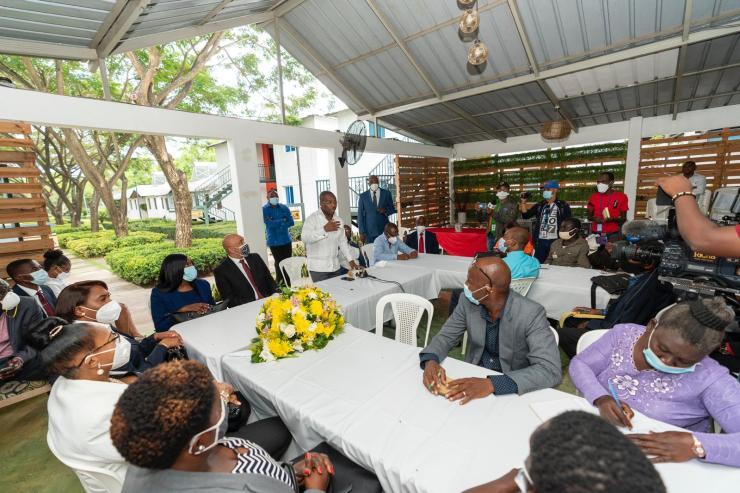 En tournée en République Dominicaine, Claude Joseph défend les projets du président et la cause des étudiants.