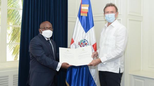 L'Ambassadeur Smith Augustin présente au Chancelier dominicain les copies figurées de ses lettres de créance