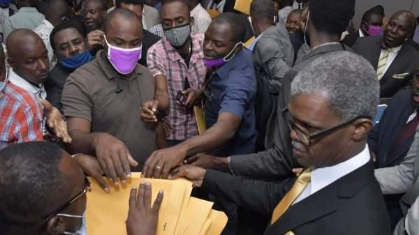Cérémonie de remise de l'avant-projet de la nouvelle constitution aux partis réputés proches du pouvoir