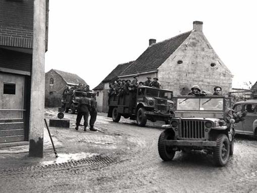 La 7e Brigade traverse un village situé à proximité du canal Léopold, le 18 octobre 1944.