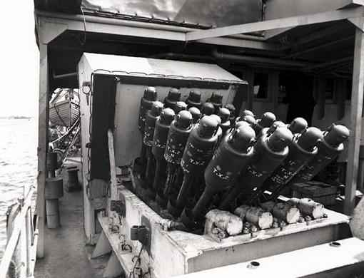 Un Hérisson (Hedgehog) installé à bord de la corvette NCSM Moose Jaw. Halifax, 1er mai 1944.