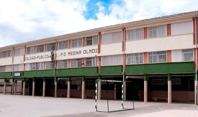 En el CEIP Medina de Olmos de Guadix, en la foto, la Junta invertirá más de 84.500 euros en la retirada de elementos de fibrocemento.