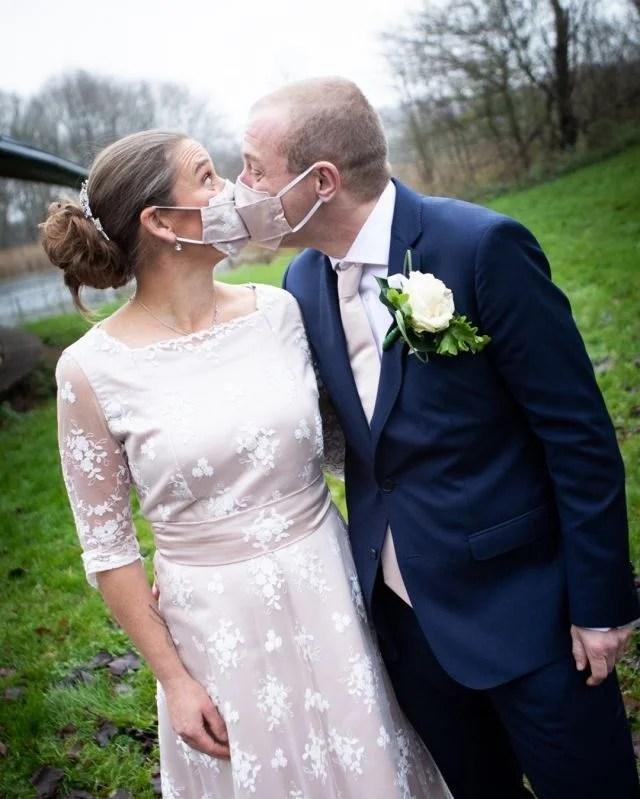 Trouwen in Corona tijd. Het mondkapje behoort tot de outfit!  #fotograaf #fotografie #trouwfotograaf #bruidsfotograaf #trouwfotografie #bruidsfotografie #verloofd #huwelijksfotograaf #ikgatrouwen #bruiloftsfotograaf #trouwinspiratie #trouwenin2021  #huwelijksfotografie #wijgaantrouwen  #trouwen #huwelijk #bruiloft #bruiloftinspiratie  #trouwen2021 #trouwleveranciers  #safethedate  #love #liefde #wedding #trouwbeurs