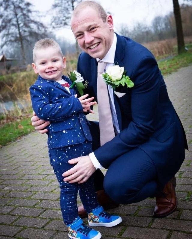 Wat was hij trots op zijn pa...en op zijn pak, want die was speciaal voor hem gemaakt,compleet met zijn naam erin.  #fotograaf #fotografie #trouwfotograaf #bruidsfotograaf #trouwfotografie #bruidsfotografie #verloofd #huwelijksfotograaf #ikgatrouwen #bruiloftsfotograaf #trouwinspiratie #trouwenin2021  #huwelijksfotografie #wijgaantrouwen  #trouwen #huwelijk #bruiloft #bruiloftinspiratie  #trouwen2021 #trouwleveranciers  #safethedate  #love #liefde #wedding #trouwbeurs