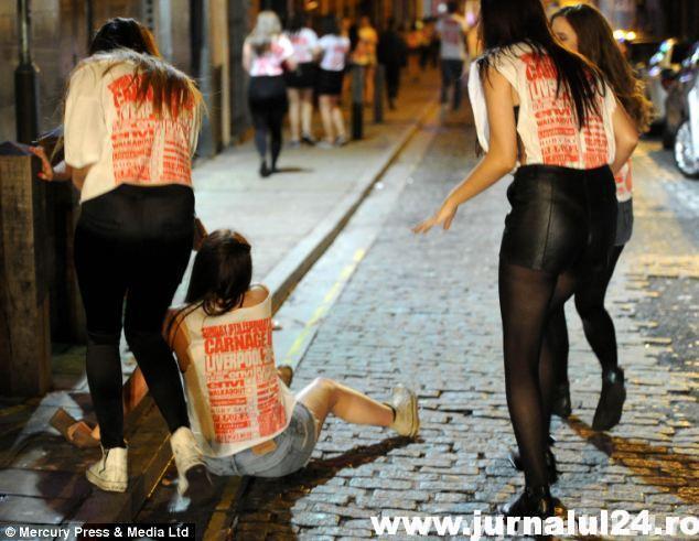 Tinerii britanici se fac de râs pe străzile oraşului