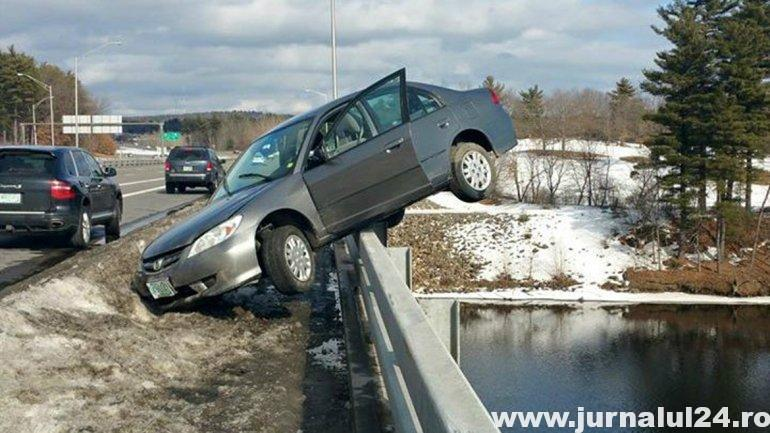 masina atarnata de un pod