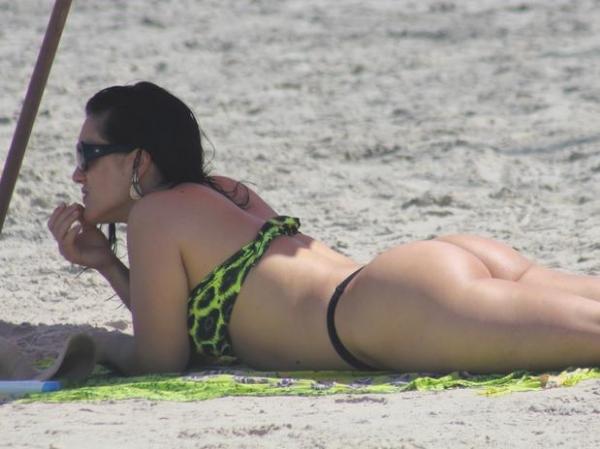 femeie pe plaja tare