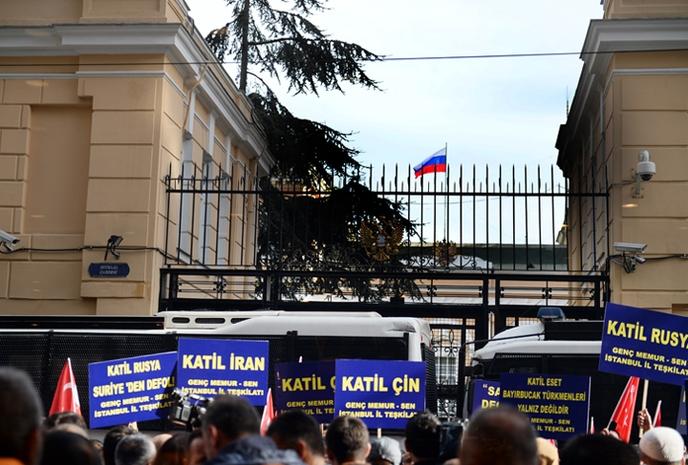 Protestatarii în afara consulatului Rusiei de la Istanbul.