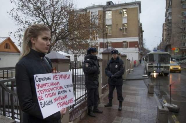"""""""Piloții au ucis în luptă teroriștii pentru a salva viețile noastre"""", au scris tinerii protestatari pe pancarde în Moscova."""
