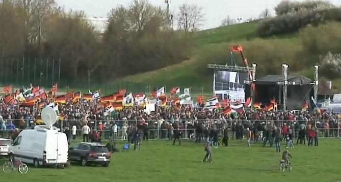 Pegida Dresden in afwachting van Wilders, april 2015