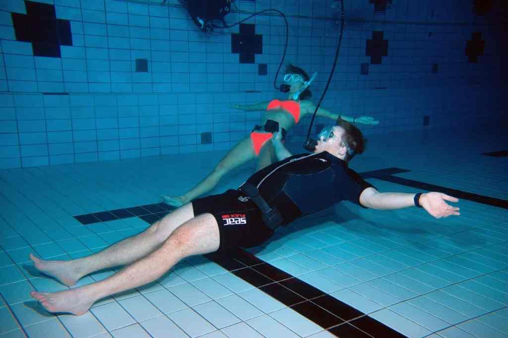 Beim Unterwasser-Yoga werden die Asanas (Übungen) mit dem Atemgerät unter Wasser ausgeführt. Foto: Thomas Günther
