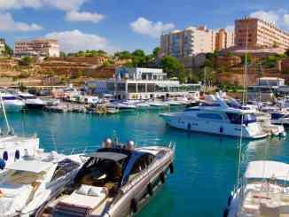 Der edle Yachthafen Port Adriano auf Mallorca: Hier liegen einige der größten Yachten des Mittelmeers vor Anker. Foto: Sascha Tegtmeyer