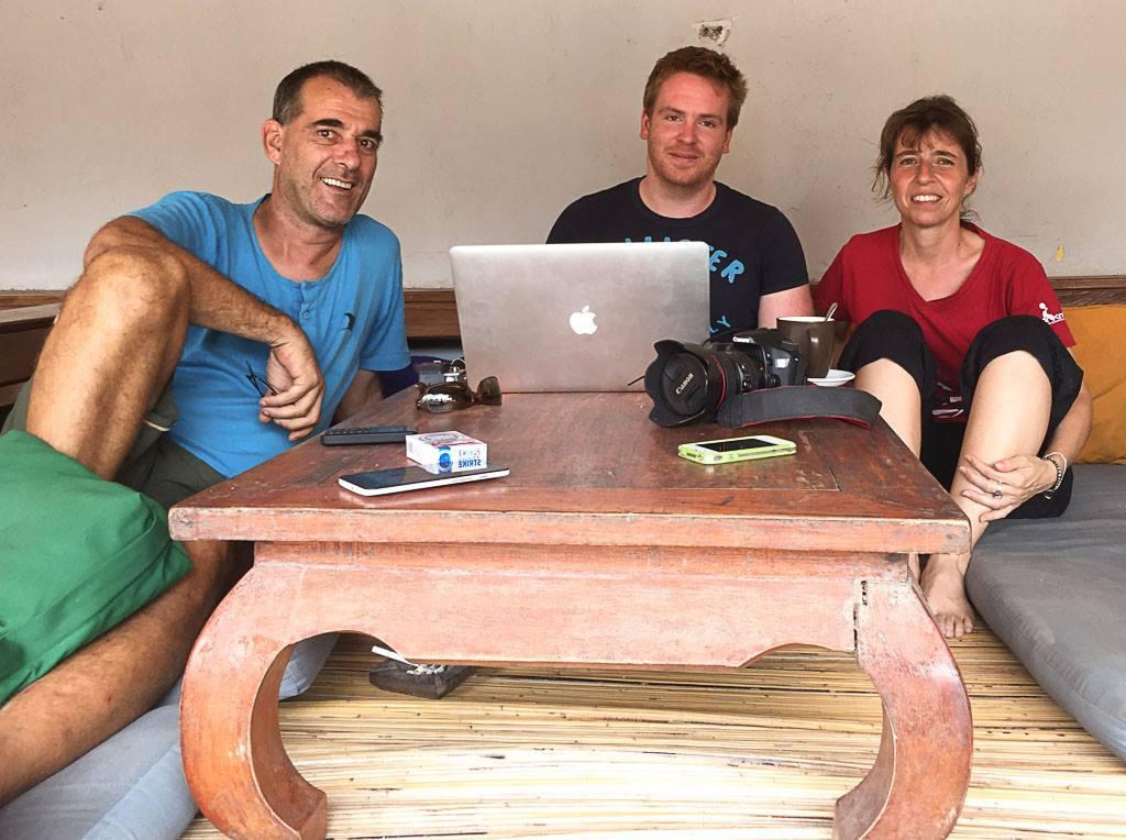 Autor Sascha Tegtmeyer (mitte) zusammen mit Operations Managerin Britta Bäumer und Basisleiter Kurt Gehrig auf Recherchetour auf Gili Trawangan.