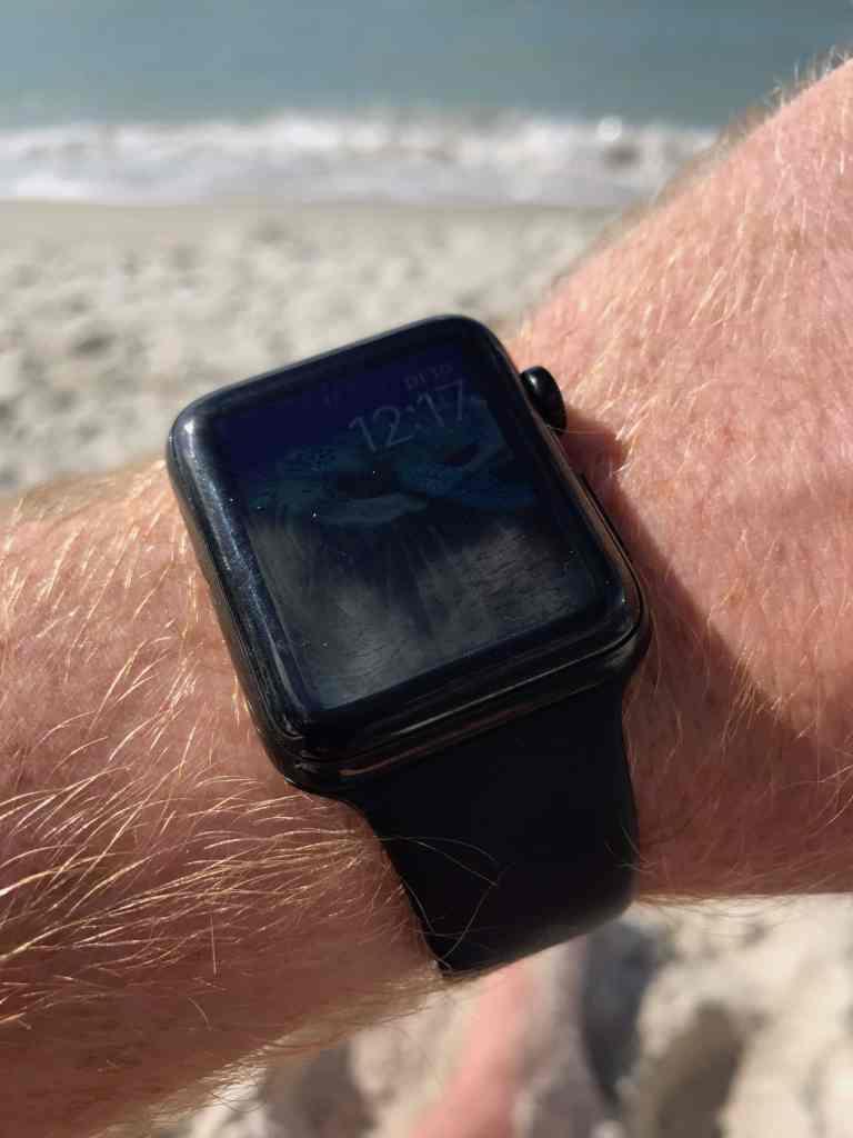 Strand, Sand, Sonnenmilch: Die Apple Watch muss rund ums Wasser ganz schön was aushalten! Foto: Sascha Tegtmeyer