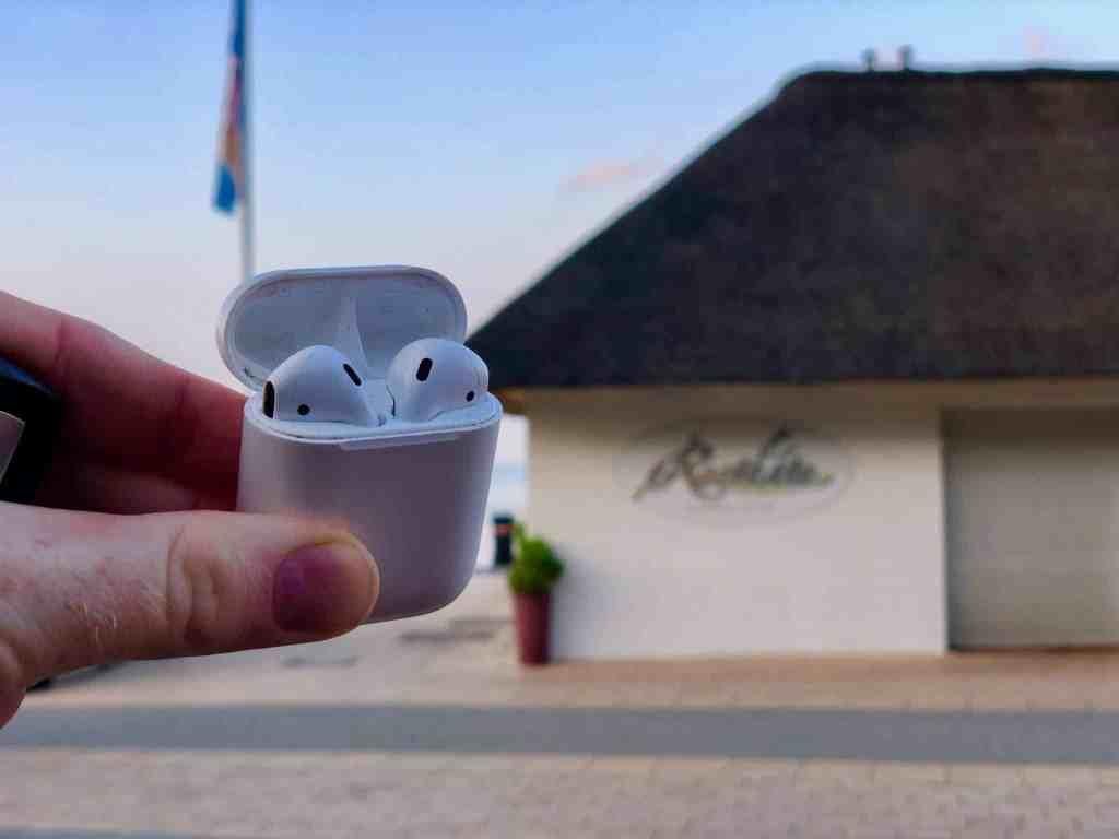 Die Ladecase ist nicht nur Transportbox, sondern auch Zusatzakku für die AirPods. Foto: Sascha Tegtmeyer