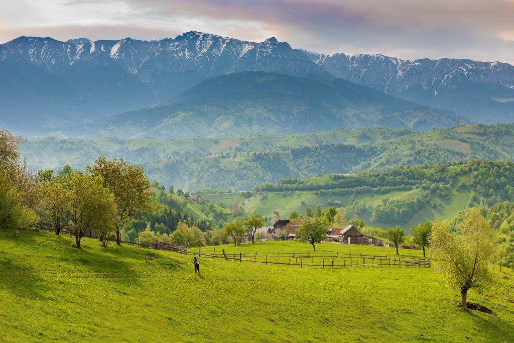 Attraktive und naturbelassene Landschaften wechseln sich in Rumänien mit lebhaften Großstädten ab – ideale Vorraussetzungen für eine Rundreise. Foto: Unsplash