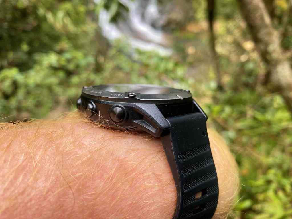 Wer auf Reisen gerne mal im dichten Dschungel durch unwegsames Gelände krabbelt, hat mit der fenix 6 einen zuverlässigen Begleiter. Foto: Sascha Tegtmeyer