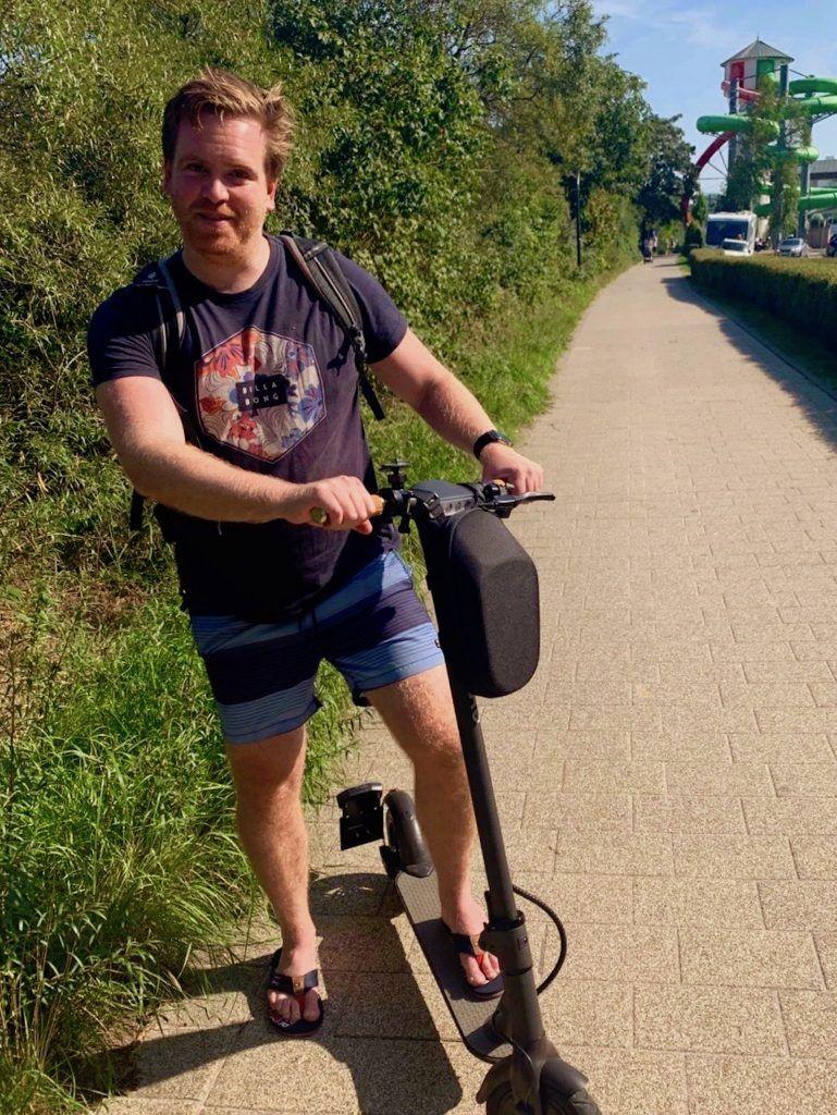 Mit dem E-Scooter auf der Promenade in Scharbeutz unterwegs – perfektes Fortbewegungsmittel im Urlaubsort. Foto: Luisa Praetorius