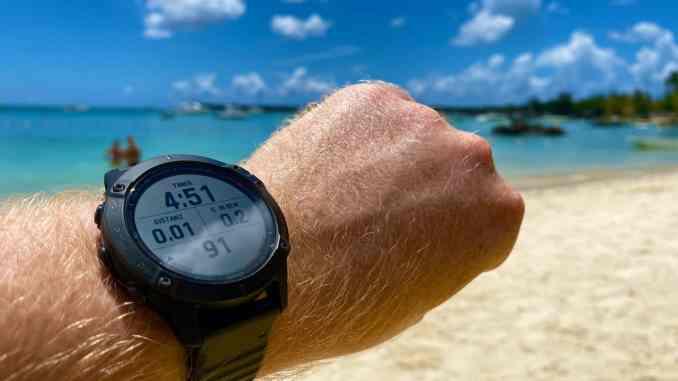 Sonne, Sonnencreme, Salzwasser, Hitze und Luftfeuchtigkeit können der robusten Outdoor-Smartwatch nichts anhaben. Eines der Highlights: Die Uhr kann auch bei extremer Helligkeit noch problemlos abgelesen werden. Foto: Sascha Tegtmeyer