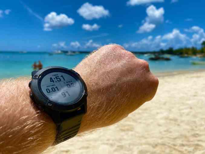 El sol, el protector solar, el agua salada, el calor y la humedad no pueden dañar el resistente reloj inteligente para exteriores. Uno de los aspectos más destacados: el reloj se puede leer incluso con brillo extremo sin problemas. Foto: Sascha Tegtmeyer