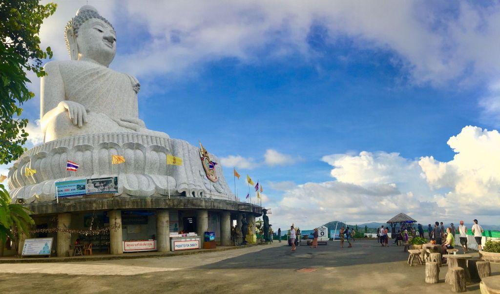 Der Big Buddha thront hoch über Phuket – und ist ein tolles Ausflugsziel, das Ihr mit dem Motorroller ansteuern könnt.