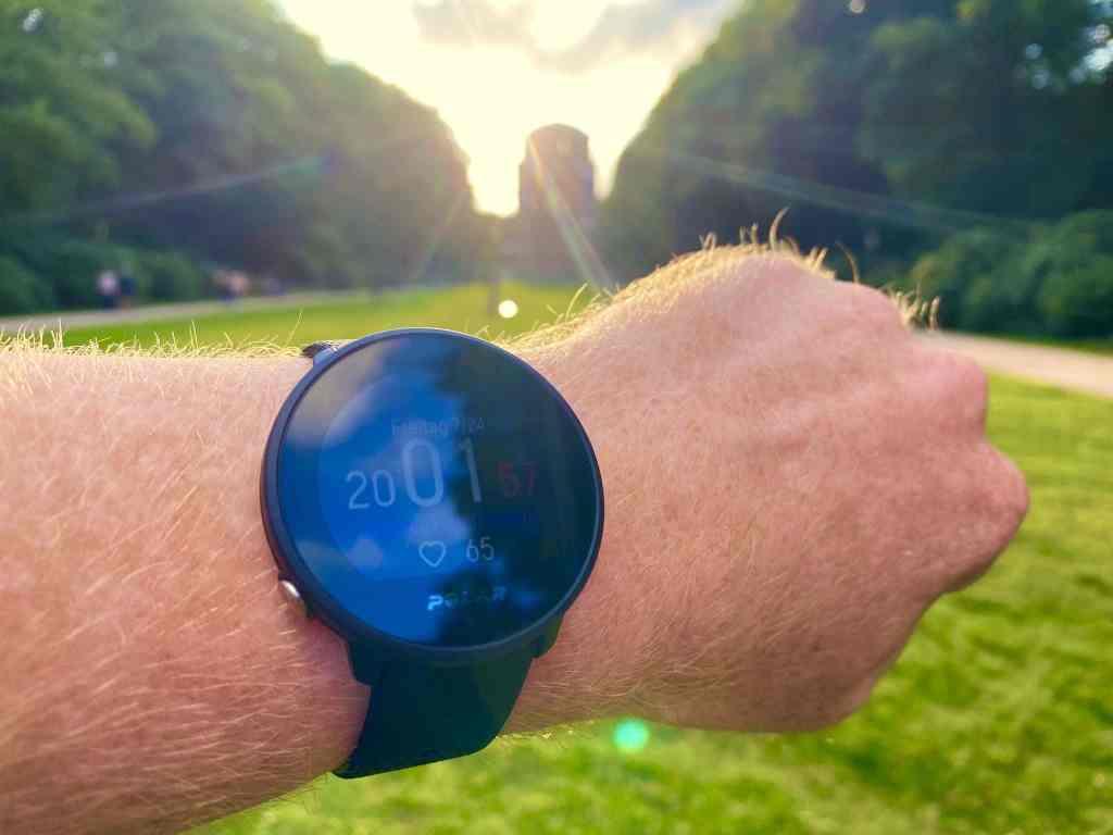 Die Polar Unite ist mit 32 Gramm die mit Abstand leichteste Smartwatch in meinem Sportuhren Test 2020. Foto: Sascha Tegtmeyer