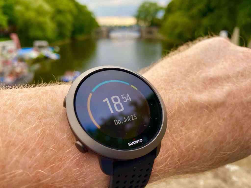 Elegant und leicht: Die Suunto 3 Gen.2 ist eine spannende Einsteiger-Fitness-Smartwatch, die vielseitig einsetzbar ist. Foto: Sascha Tegtmeyer