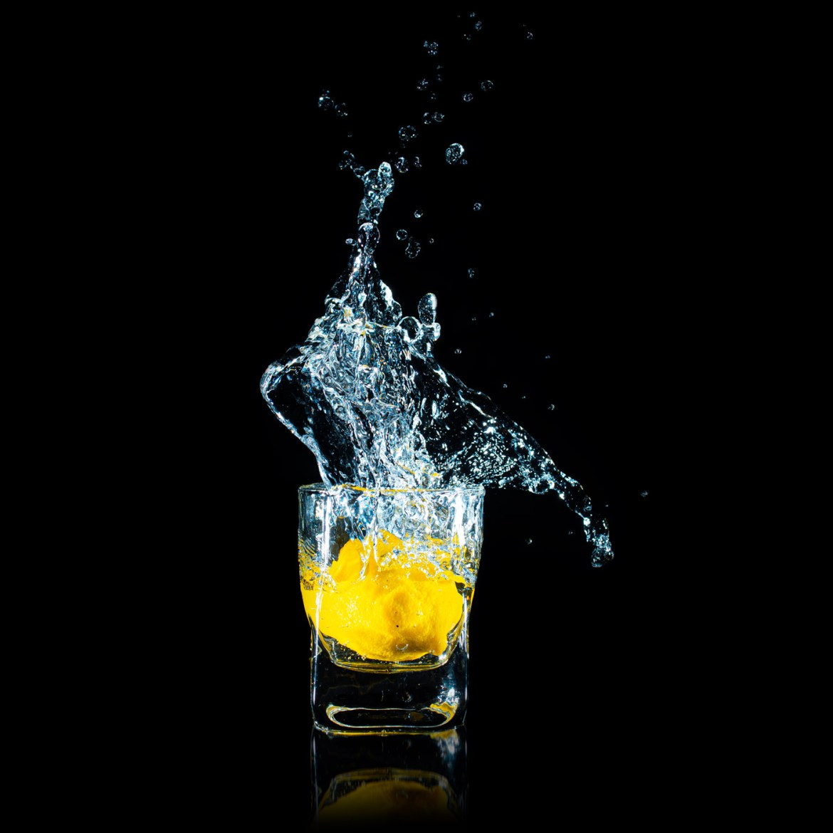 Splash photography - A lemon dropped in a glass full of water.