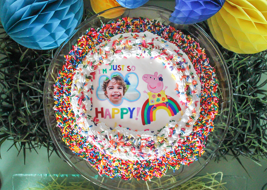 Peppa Pig Party, Peppa Pig, Peppa Pig free printables, Menchie's Frozen Yogurt, Nick Jr., muddy puddles, fro-yo cake, brand partnership, free printables, Just Add Confetti, party blogger, Peppa Pig yellow house favor box, green hill rice krispies treats, creative kids parties, rainbow balloon arch,