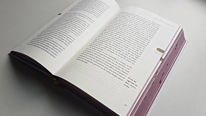 Zijkant-wijnrode-bladzijden-Wijn-Spijs-bijbel