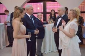 Liviu Dragnea, aici alături de amanta tinerică, îi joacă mireasa lui Silviu Vaxler la nunta acestuia.