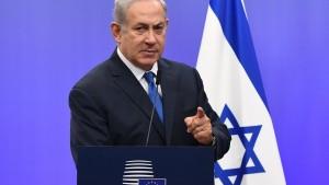 Și Benjamin Netanyahu poartă cravată albastră, dar el este premierul Israelului, care are albastrul ca singura culoare de pe drapelul național.