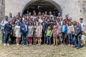 """Bursieri ai Parlamentului Germaniei la Viscri. În fotografie se vecde și Emil Hurezeanu, o apariție """"demnă"""" de un ambasador, în sacou și adidași..."""