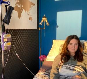 stephanie steeds zieker in bed met infuuspaal en infuuspompen