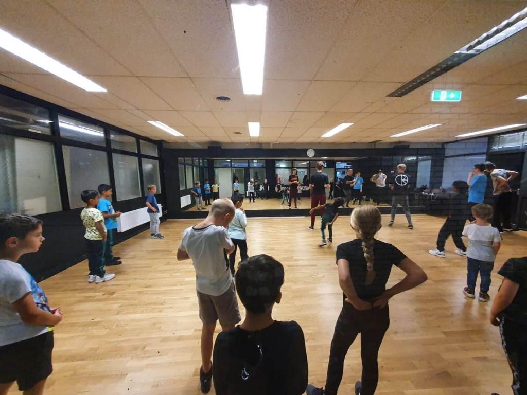kinderen op breakdance les