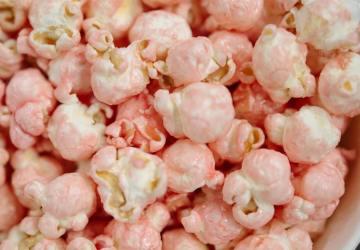 roze met witte popcorn
