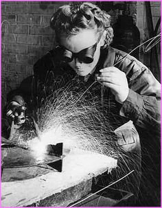 WOMAN WELDER DURING WW2