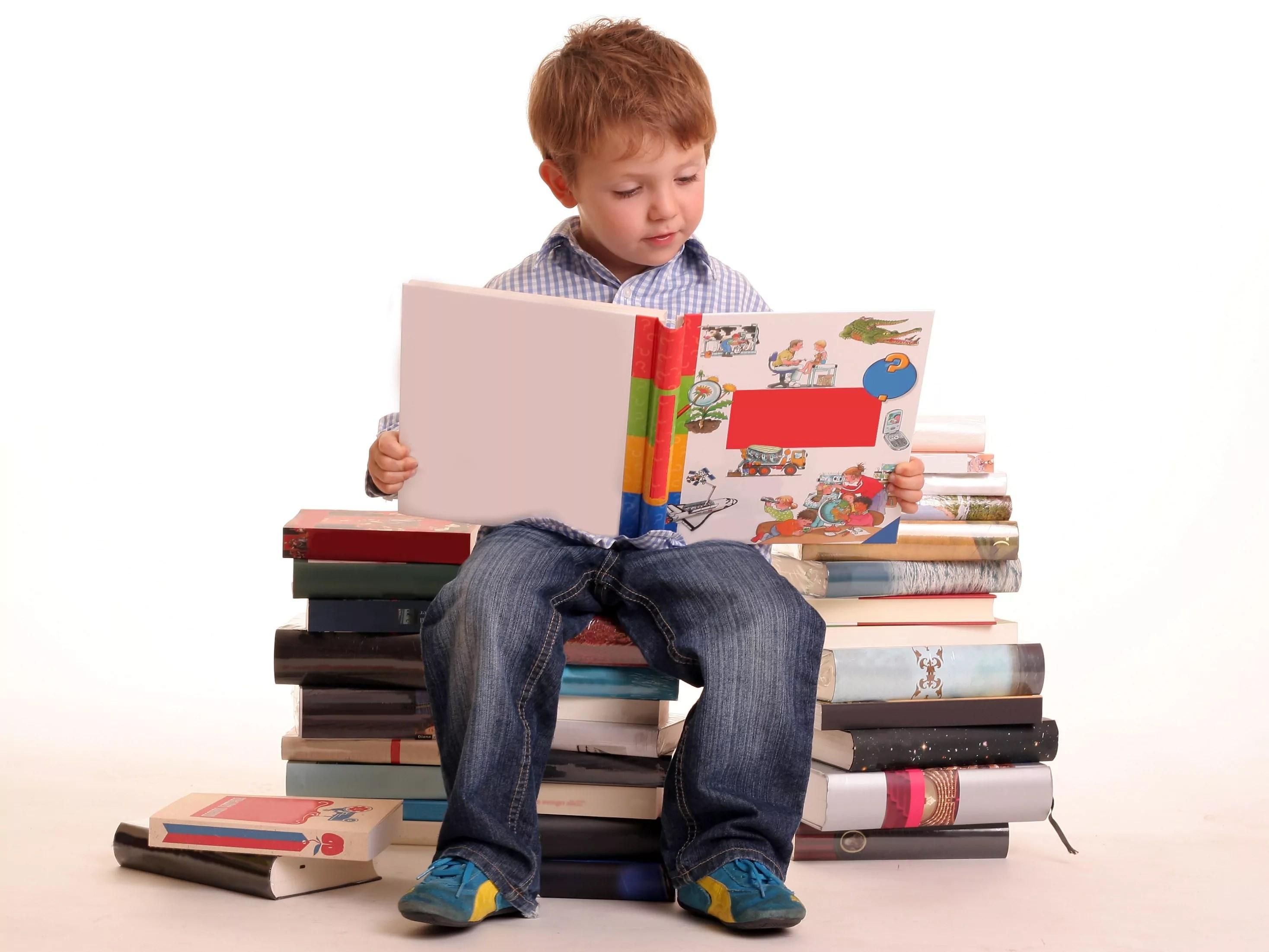 Resultado de imagem para criança lendo