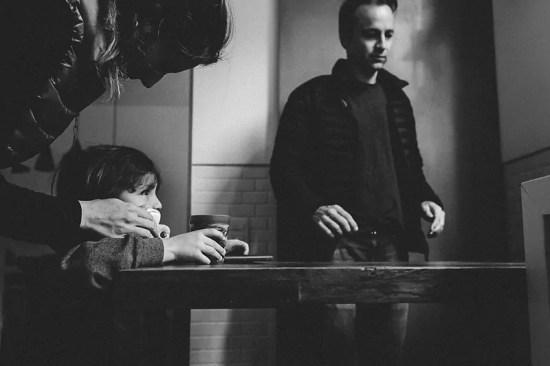 """Pai e seu filho em sua casa em São Paulo - Imagem de Mika Amanto, do projeto """"A day in the life of..."""", que mostra cotidianos de famílias pelo mundo."""