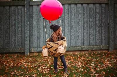 Menina com fantasia de balão
