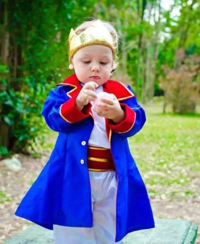Menino fantasiado de Pequeno Príncipe